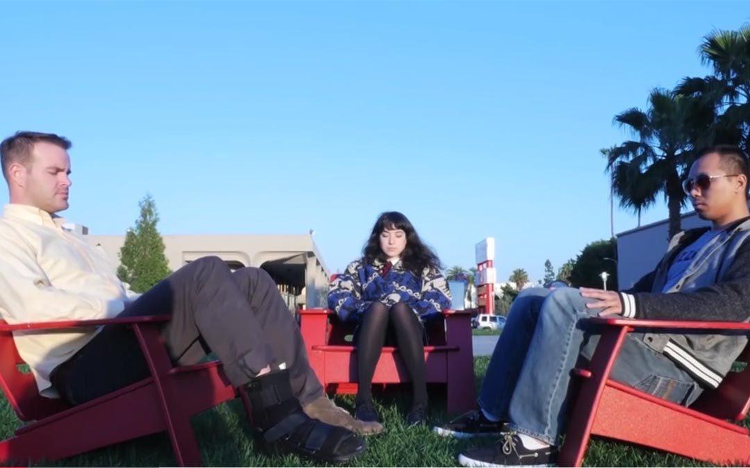 három fiatal ül a székben